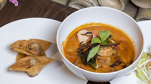 Saquitosde carne de cerdo sobre una salsa de ciruelas y curri de langostinos y verduras.