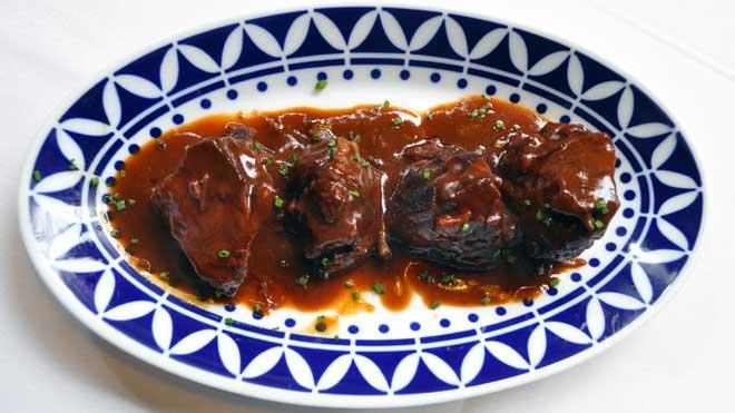 El chef Liberio Martinez, Casa de Tapas Cañota, enseña cómo hace la receta de tacos de carrillada de ternera.