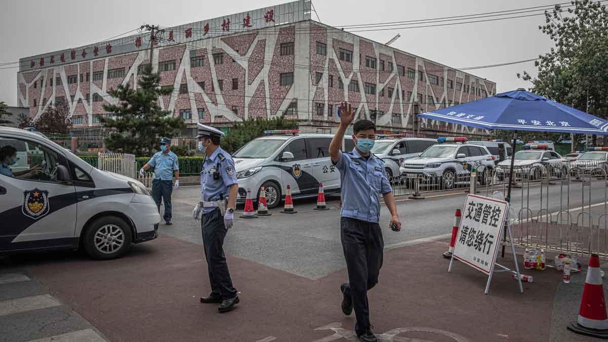 Cierran un mercado de Pekín tras registrar nuevos casos de coronavirus en el país.