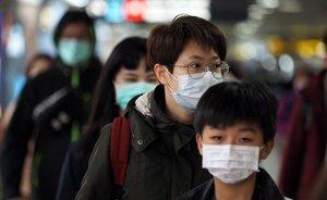 Ciudadanos con mascarillas en Taipei, para evitar el contagio por coronavirus.