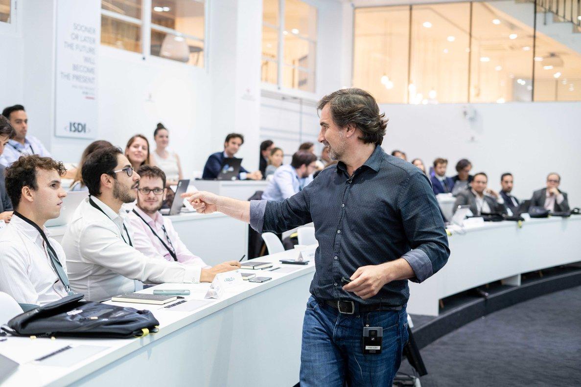 Nacho Pinedo, ceo de ISDI, durante una clase