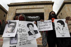 Familiares de víctimas en la toma del edificio del Palacio de Justicia en Colombia.