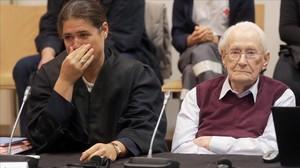 El contable de Auschwitz, Oskar Groening, junto a su abogada.