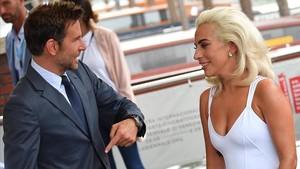 El actor y director Bradley Cooper junto a la artista y actriz Lady Gaga.