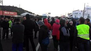 Cortes de tráfico en la N-340, a la altura de Les Cases dAlcanar, este lunes.