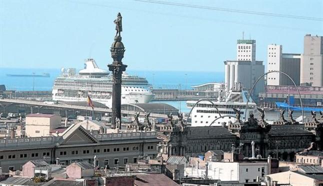 Un crucero emboca el puerto de Barcelona, en julio del 2013.