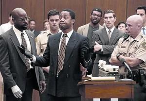Cuba Gooding Jr, como O. J. Simpson, en la serie. A la izquierda, Sterling K. Brown, en el papel del fiscal Darden.