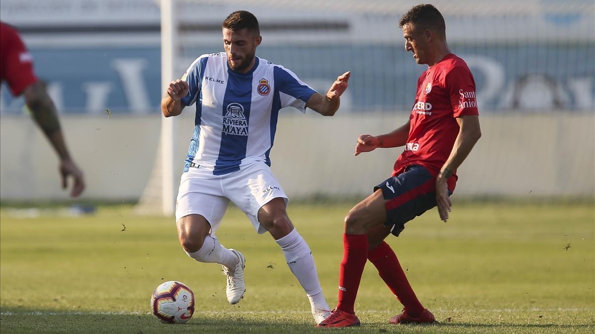 David López hace un quiebro ante un jugador del Olot.