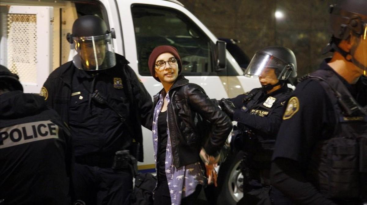 Una joven es detenida enlas protestas del jueves por la noche en Portland.