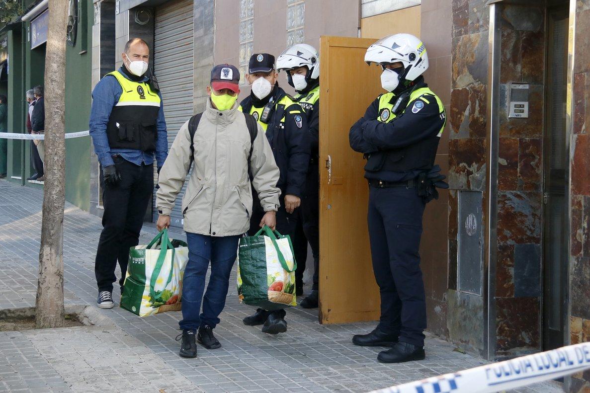 Un hombre se va de un bloque ocupado en Mataró después de la intervención de la Policía Local el 16 de octubre de 2020
