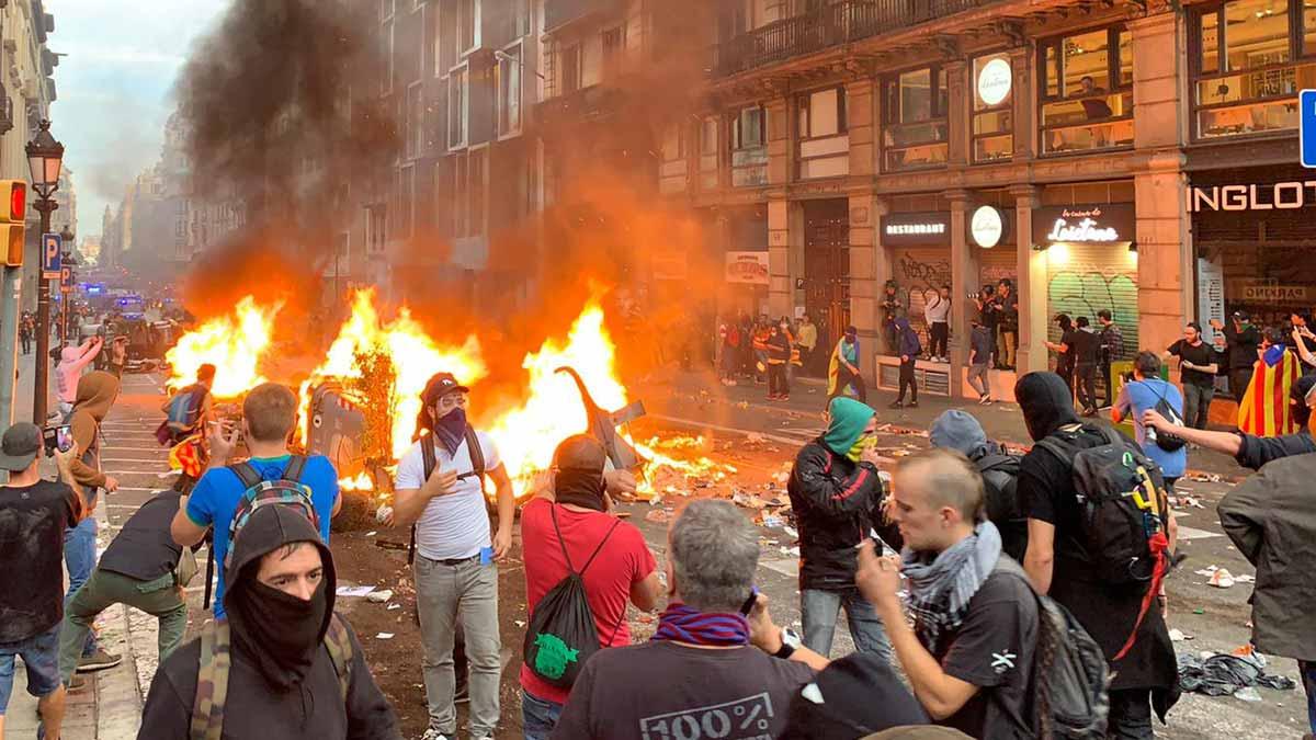 Cargas policiales ante los disturbios en Via Laietana