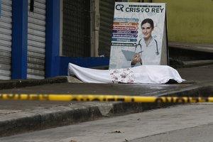 QUI01. GUAYAQUIL (ECUADOR), 01/04/2020.- Fotografía cedida por el Diario Expreso que muestra un cadáver abandonado a las afueras de un centro médico, este miércoles en el sector la Casuarina, en Guayaquil (Ecuador). La fulminante propagación del coronavirus en la zona de Guayaquil, una de las ciudades del mundo más castigadas por el coronavirus per cápita, ha creado una situación de abandono de cadáveres que las autoridades tratan de resolver. EFE/ Jimmy Negrete/Cortesía Diario Expreso/SOLO USO EDITORIAL/PROHIBIDO SU USO EN ECUADOR
