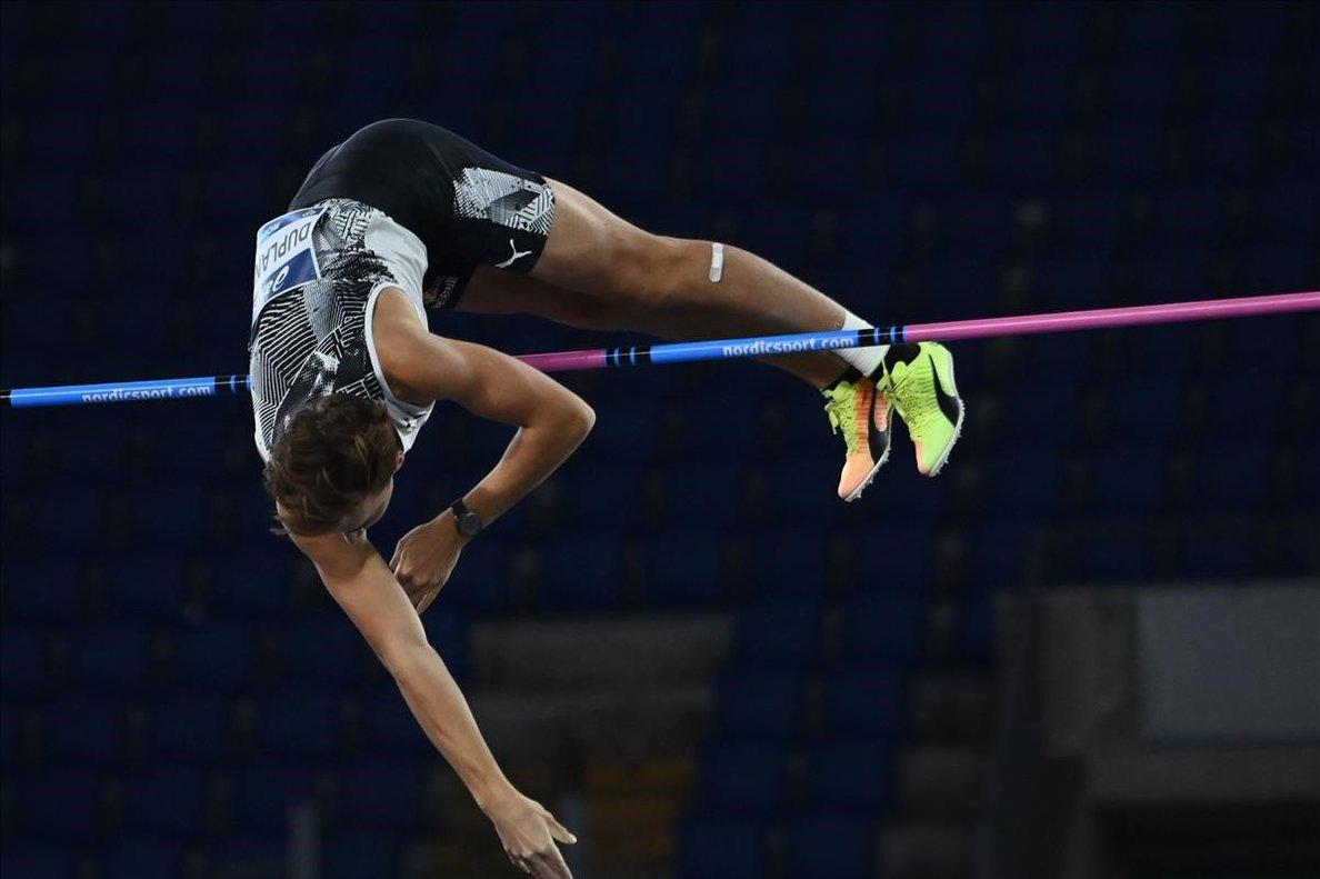 Duplantis, en el momento de superar el listón en los 6,15 metros, nuevo récord mundial