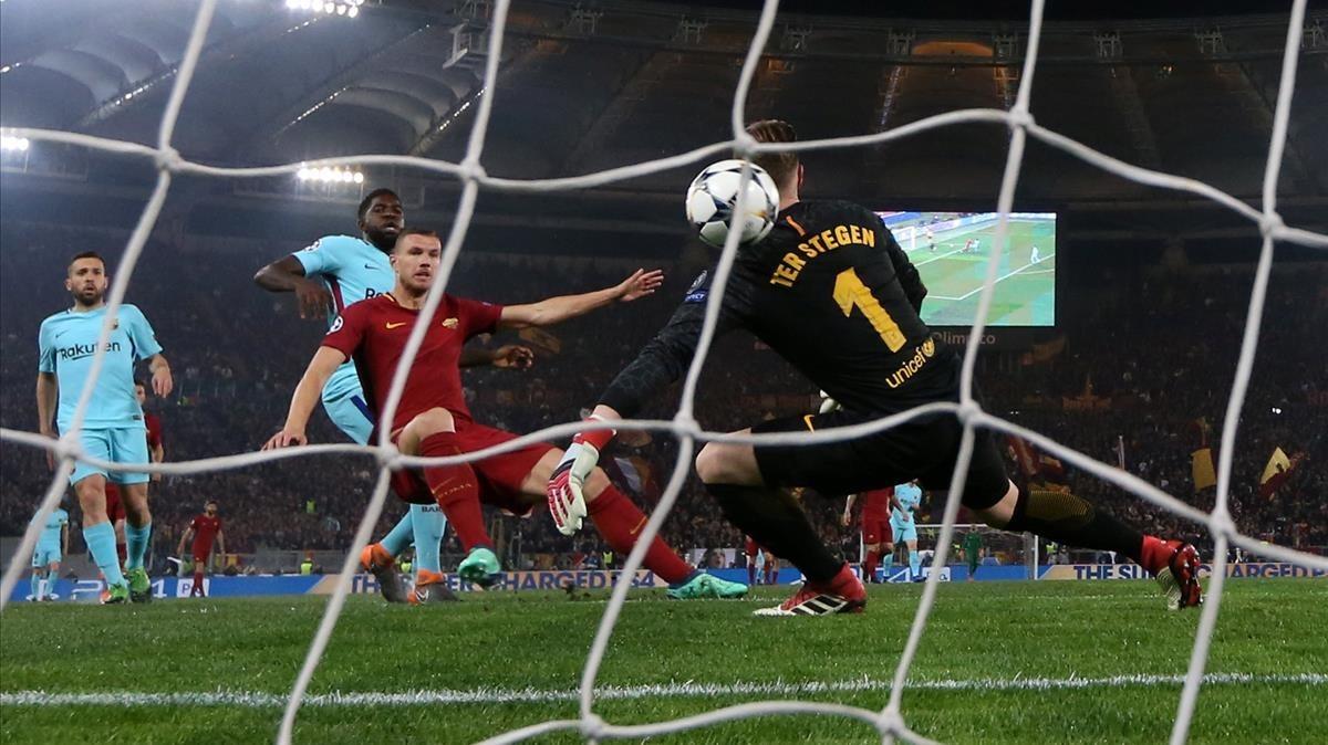 Dzeko bate a Ter Stegen en el 1-0 del Roma al Barcelona en el Estadio Olímpico.