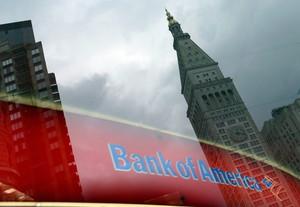 Un edificio se refleja en una ventana de una sucursal de Bank of America en Nueva York.