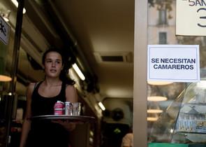 Una mujer joven trabajando de camarera, en Barcelona.