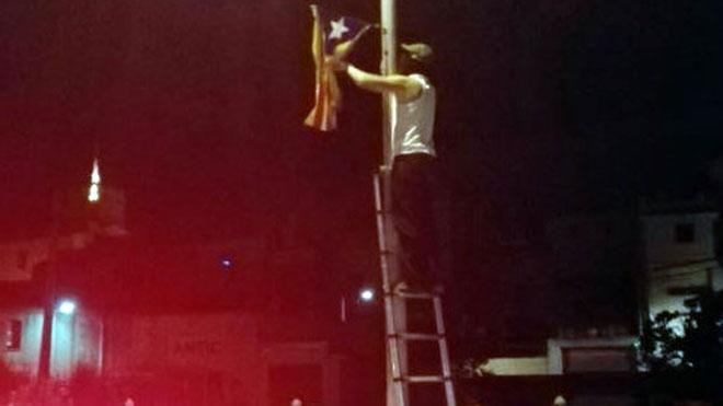 Encapuchados descuelgan 'estelades' de las calles de Verges de madrugada.