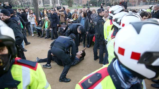 Los manifestantes que pretendían acceder al parquede la Ciutadella se enfrentaron a los Mossos.