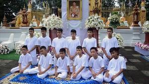 El equipo de fútbol de los Jabalís de Tailandia.