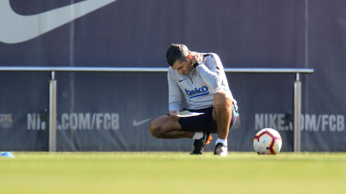 Ernesto Valverde continuará como entrenador del Barça. En la foto, Valverde repasa sus notas en la ciudad deportiva de Sant Joan Despí.