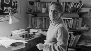 El escritor John Cheever en el despacho de su casa de Ossining.