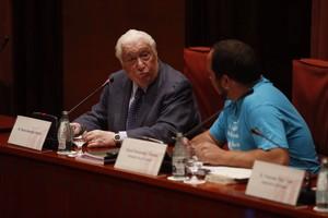 El exconseller Macià Alavedra conversa con el presidente de la comisión Pujol, David Fernàndez, este martes en el Parlament.