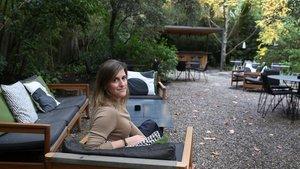 La editora Cristina Paricio, en el jardín del Hotel Alma, donde suele tomar un vino con sus amigas.