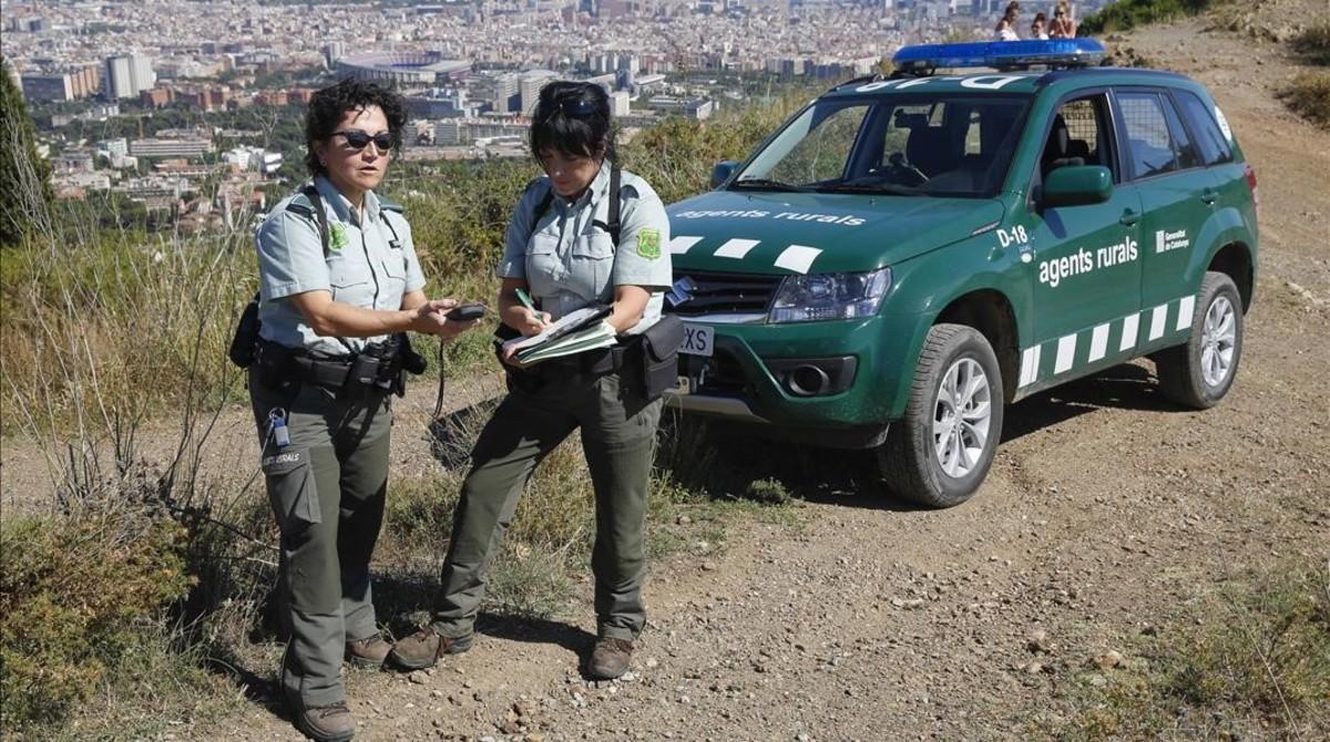 Dos agentes rurales, en la sierra de Collerola.