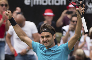Roger Federer celebra el título en Stuttgart.