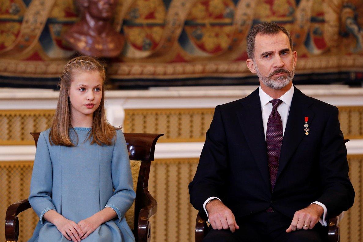 GRAF541 . MADRID, 30/01/2018.- Felipe VI y su hija la princesa Leonor en el Palacio Real poco antes de que el Rey impusiera a la princesa de Asturias el Collar del Toisón de Oro, la máxima distinción que concede la Familia Real española, en una solemne ceremonia que coincide con la celebración del 50 cumpleaños del jefe del Estado. EFE/Mariscal