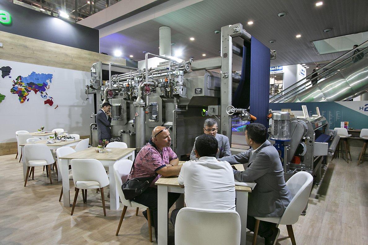 Negociacion para la compra de maquinaria de la firma Pluvia, en la feria ITMA 2019 de Barcelona.