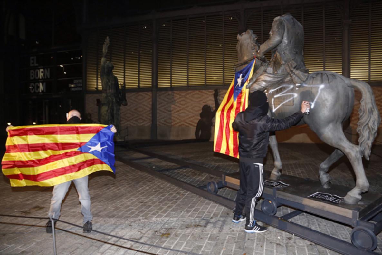 La estatua deFranco pintada por unos jóvenes ésta noche.