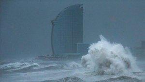 Grandes olas en la playa de la Barceloneta, el pasado 21 de enero.