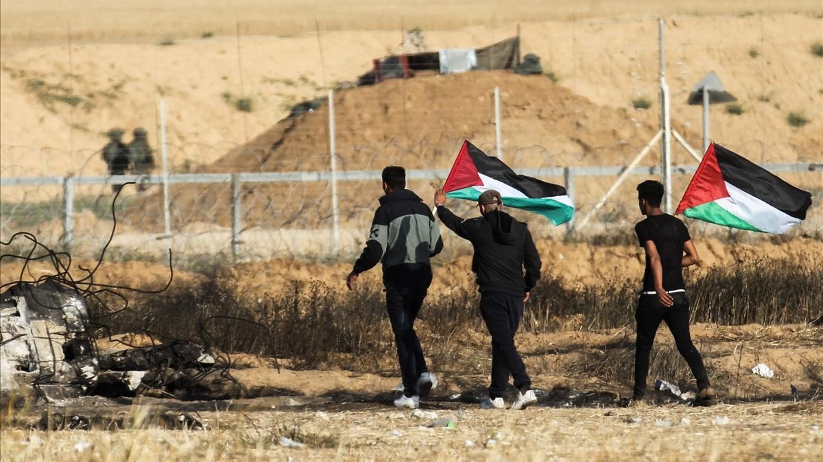 Un grupo de manifestantes palestinos durante unas protestas el 15 de abril del 2018 junto a la frontera con Israel en la Franja de Gaza.