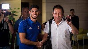 Guedes y Peter Lim, en el aeropuerto de Valencia.