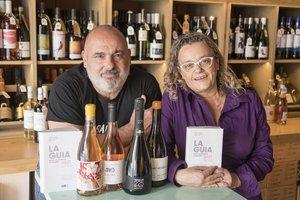 Jordi Alcover y Sílvia Naranjo, creadores de 'La guia de vins de Catalunya', con los cuatro vinos ganadores de la edición del 2021.