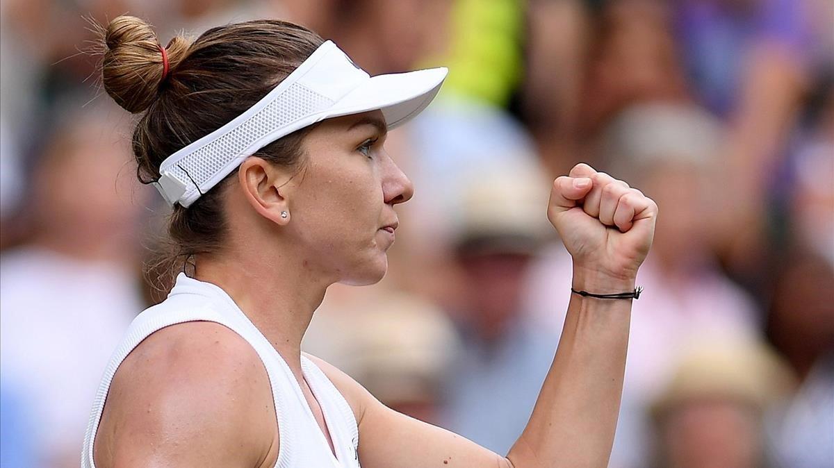 Halep celebra un punto ante Serena Williams en la final de Wimbledon.