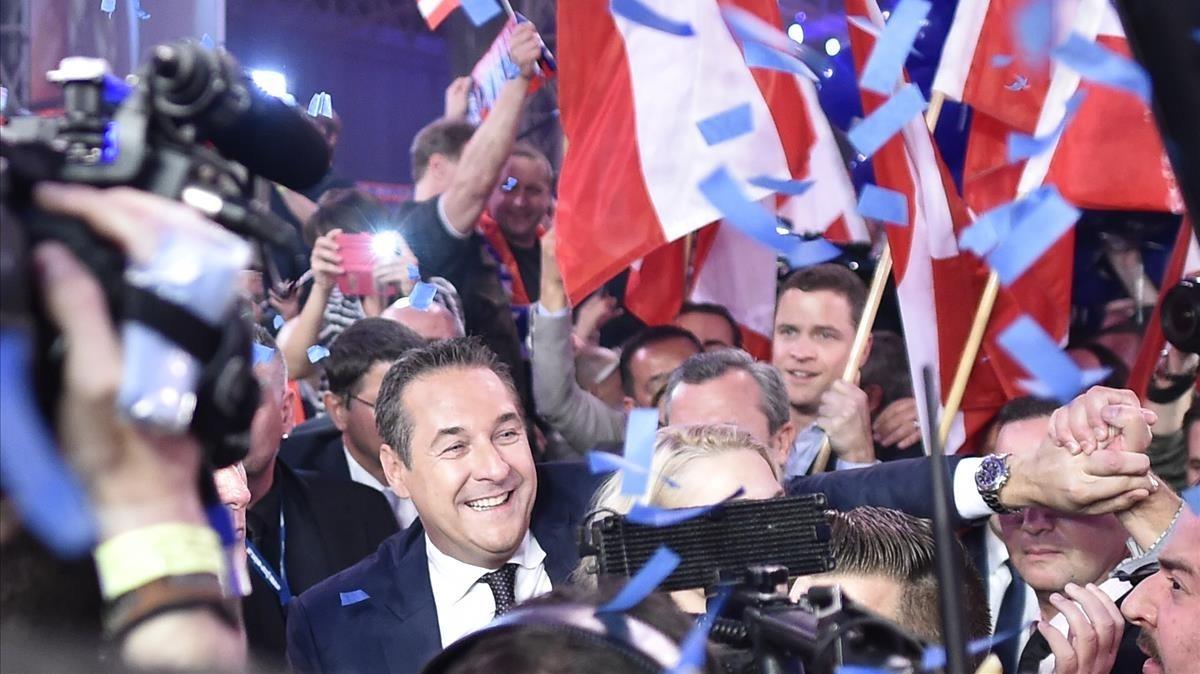 Heinz-Christian Strache celebra el éxito de la ultraderecha en la noche electoral, en Viena.