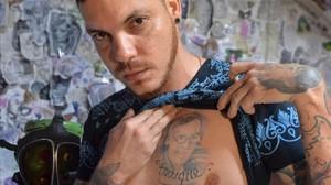 El hijo de Ismael Enrique Arciniegas, el colombiano de 74 años condenado a muerte en China por tráfico de drogas, muestra el tatuaje con el rostro de su padre.
