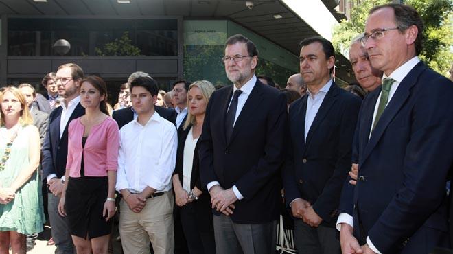Rajoy ha presidit el minut de silenci convocat ala seu central del partit.