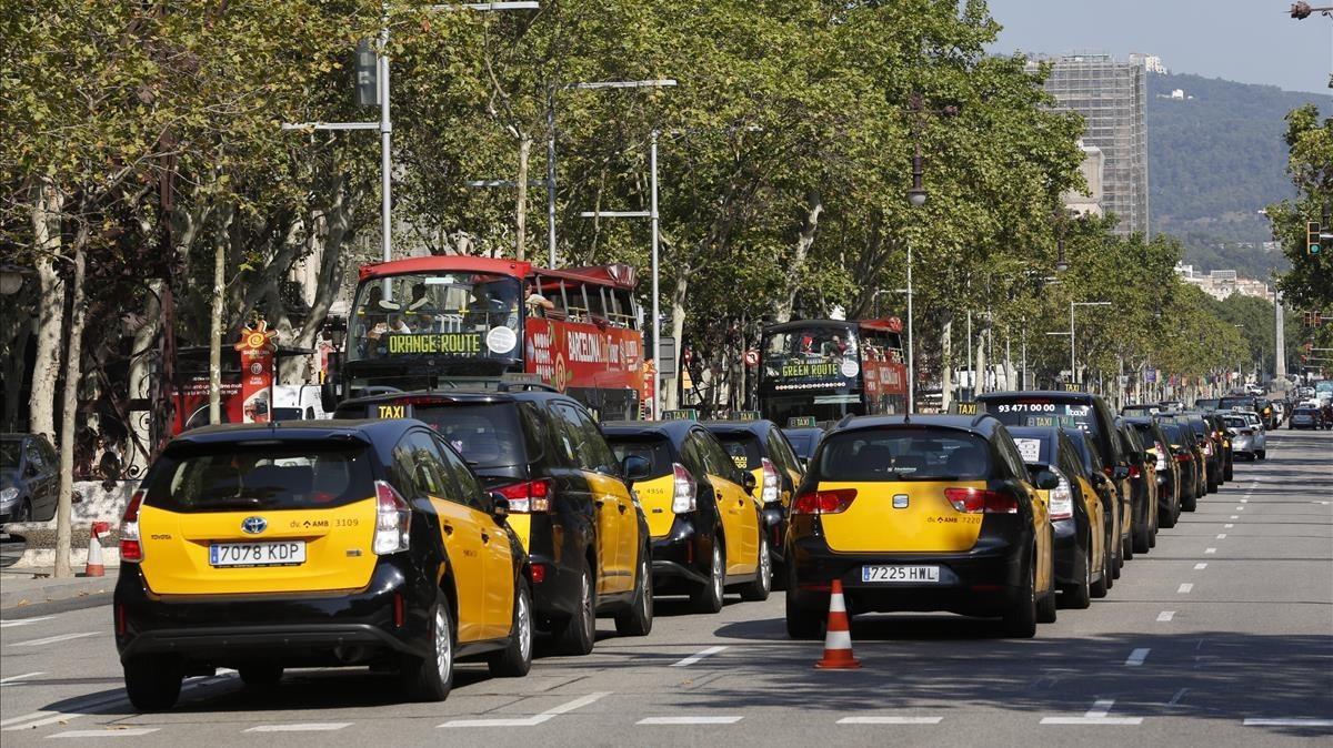 Carriles del paseo de Gràcia bloqueadospor la huelga del sector del taxi.