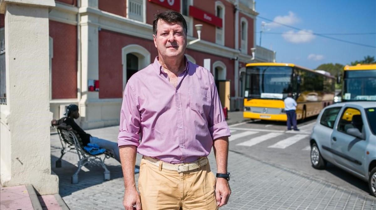 Juan Manel López junto a la estación de tren de Blanes, este martes al mediodía.