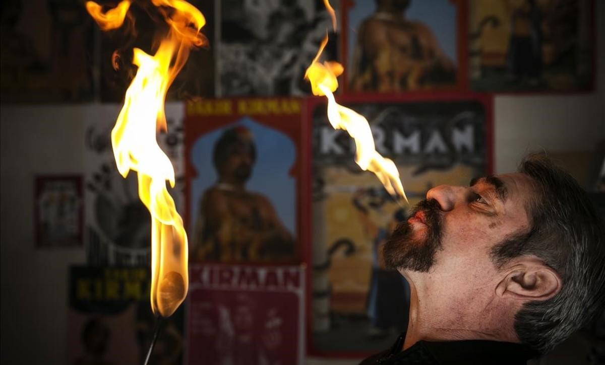 Kirman escupe una lengua de fuego, una técnica en la que es maestro, como demuestra su intacto bigote.