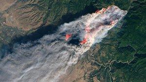 Imagen de la NASA facilitada ayer del incendio del norte de California.