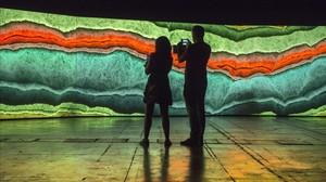 Imagen de parte de las cinco pantallas que forman la instalación 'Earthworks'creada por el dúo Semiconductor para el Sónar.