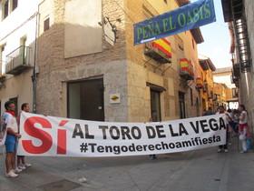 Miembros de la peña El Oasis de Tordesillas muestran a EL PERIÓDICO la pancarta que encabezará la protesta del martes, previa al Toro de la Vega.