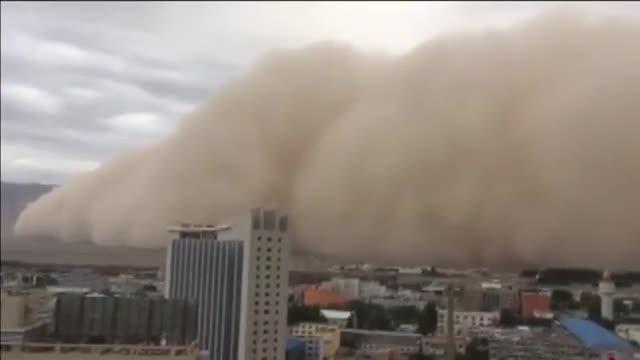 Impresionante viento amarillo otormentade arena queengulle la ciudad china de Golmud