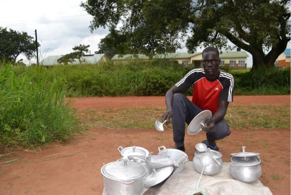 Jacob con utensilios de cocina fabricados por él. / Save the Children