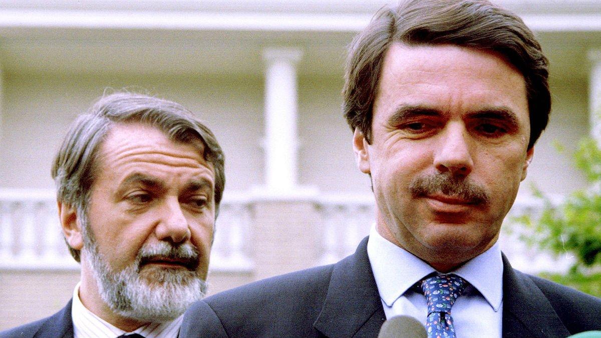 Jaime Mayor Oreja y José María Aznar, en rueda de prensa en junio de 1998.