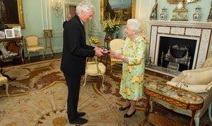James Dyson, con la reina Isabel II, en el 2016.